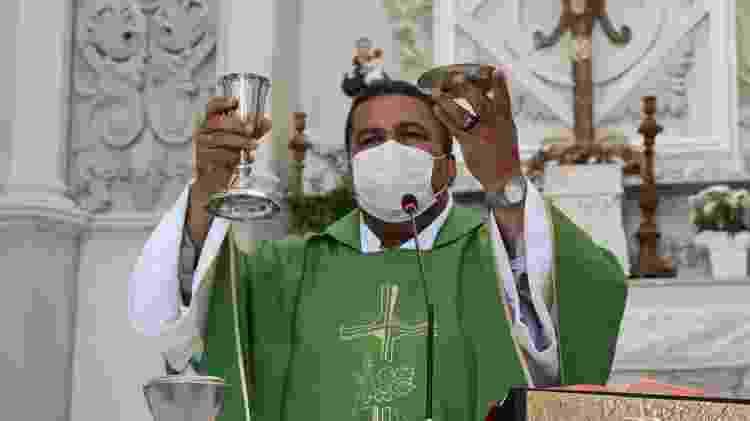 O padre Lázaro Muniz, na capela Nossa Senhora da Piedade, em Salvador (BA) - Aurelio Nunes/UOL - Aurelio Nunes/UOL