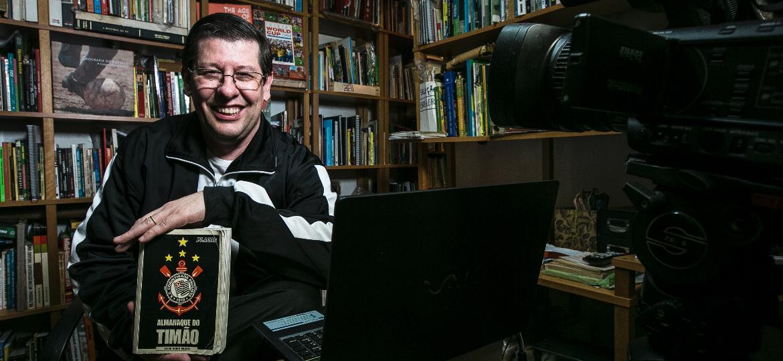 """O jornalista Celzo Unzelte, em sua edícula no bairro do Alto do Ipiranga, em São Paulo, e seu livro """"Almanaque do Timão"""" - Keiny Andrade/UOL"""