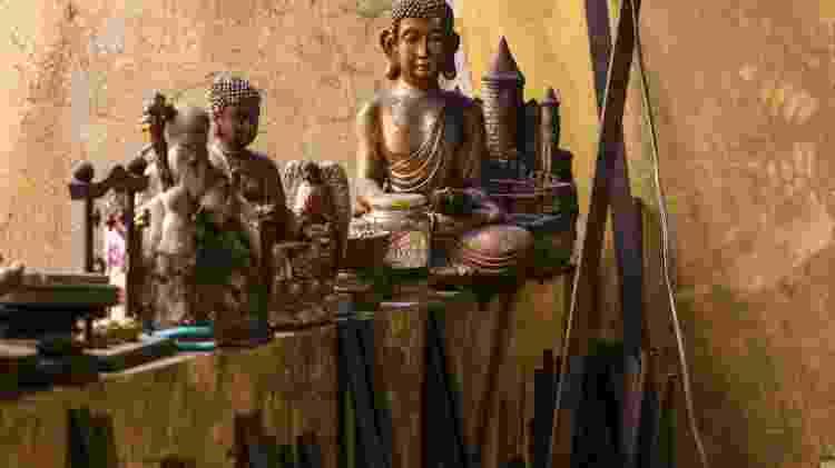 Imagens de Buda na oficina de Edson Suemitsu, fabricante de espadas samurai em Curitiba - Theo Marques/UOL - Theo Marques/UOL