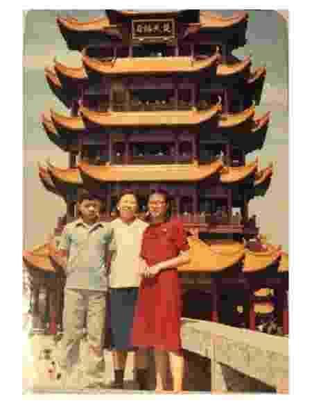 Retrato de família em um dos cartões postais de Wuhan - Arquivo pessoal - Arquivo pessoal