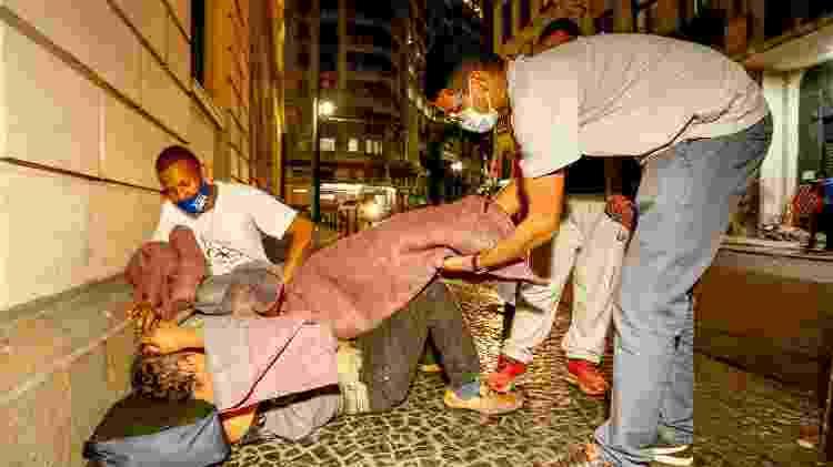Equipe da Missão Belém entrega cobertores para moradores de rua no centro de Sao Paulo, na Praça da Sé e no Pátio do Colégio - Flávio Florido/UOL - Flávio Florido/UOL