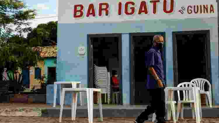 Amarildo dos Santos, 56, caminhando na praça de Igatu em frente ao bar do seu pai, Guina - Rafael Martins/UOL - Rafael Martins/UOL