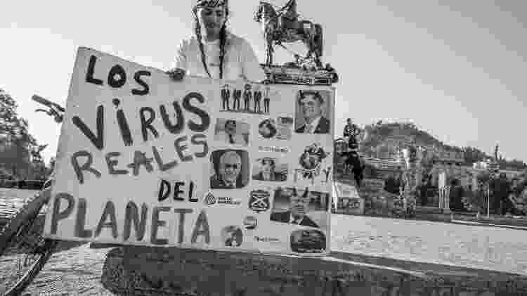 Manifestante diante da estátua de Baquedano, em março de 2020 - @pauloslachevsky/UOL - @pauloslachevsky/UOL
