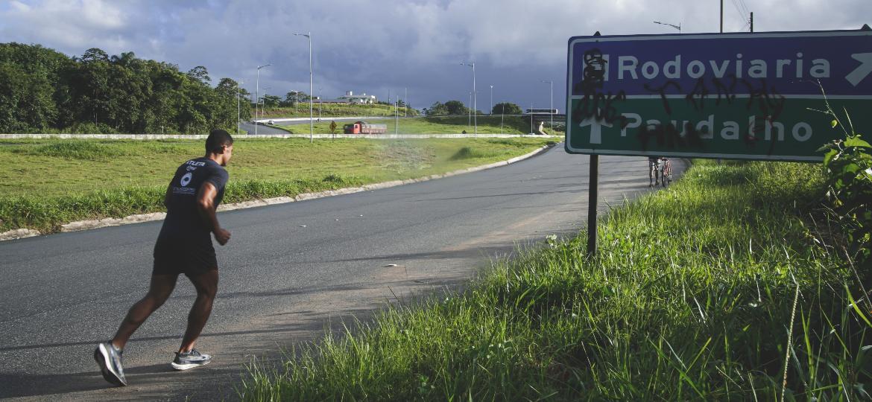 O assistente de logística Samuel Silva, correndo na rodovia próxima ao bairro onde mora, em Jaboatão dos Guararapes (PE) - Brenda Alcântara/UOL