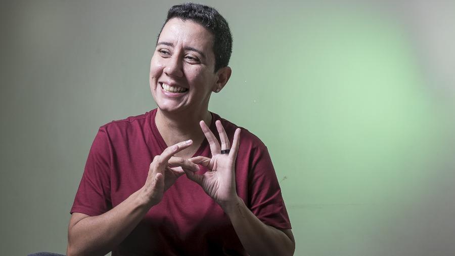 """Andrea Venancino, 42, fazendo o sinal de """"união"""" em libras - Keiny Andrade/UOL"""