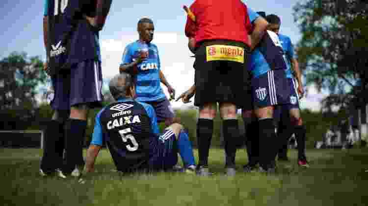 No intervalo de Avaí x Assufsm, jogadores e bandeirinha contavam piada e falavam de tudo, menos do jogo - Renan Mattos/UOL - Renan Mattos/UOL