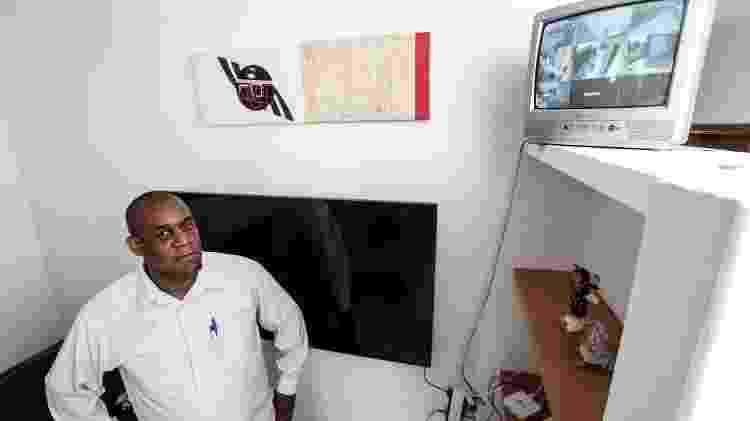 Osmar de Camargo e as câmeras que instalou em casa - Epitácio Pessoa/UOL - Epitácio Pessoa/UOL