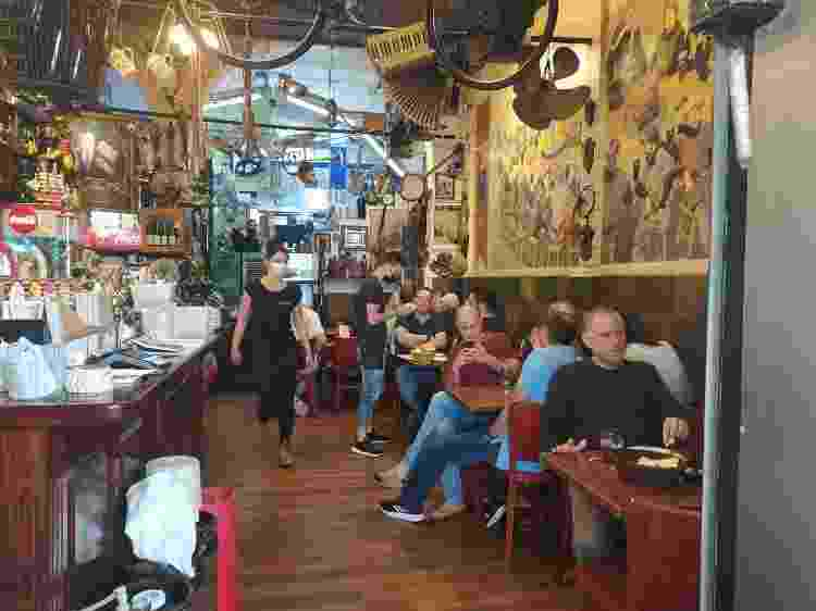 Restaurante Mayaan Habira, em Haifa (Israel): à exceção das máscaras nos atendentes, clima é de normalidade - Laura Capelhuchnik/UOL - Laura Capelhuchnik/UOL