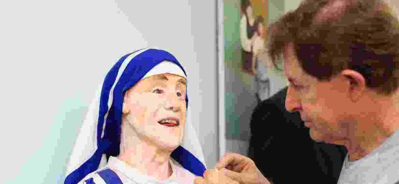 O escultor Arlindo Armacollo e sua Madre Teresa de Calcutá de cera - Fernando Cremonez/UOL