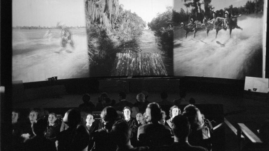 Público assiste a uma transmissão de Cinerama na Broadway em Nova York, no ano de 1952 - Ralph Morse/The LIFE Picture Collection/Getty Images