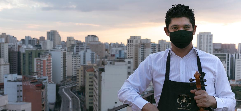 O luthier André Amaral, em São Paulo - Duda Gulman/UOL