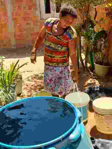 Moradores precisam comprar água de caminhão-pipa para abastecer a casa - Acervo pessoal - Acervo pessoal