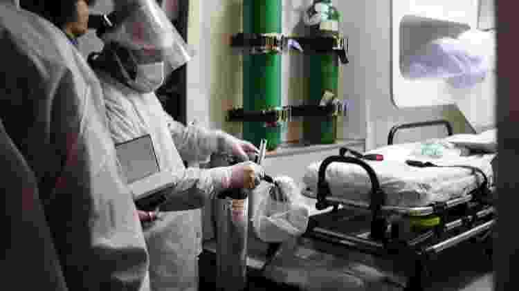 Os técnicos em enfermagem Jonas Burdo Jr e Jonatan de Souza - Isadora Camargo/UOL - Isadora Camargo/UOL