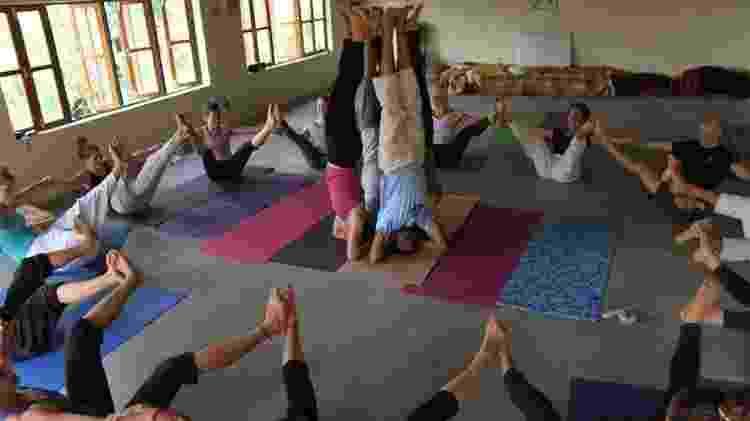 Treino de yoga em Dharamshala, cidade-base do Dalai Lama, em 2011   - Carla Bricaire/Divulgação - Carla Bricaire/Divulgação