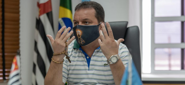 Márcio Melo Gomes, prefeito de Mongaguá (SP), fala em seu gabinete segurando um terço na mão direita - Avener Prado/UOL
