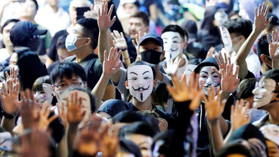 Manifestantes vestem máscara de Guy Fawkes durante protesto em Hong Kong - Kim Kyung-Hoon/Reuters (5.11.2019)