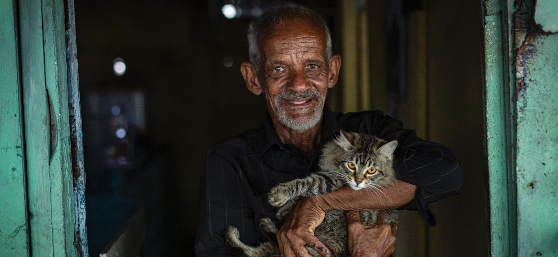 "Amaro Tibúrcio, o homem que vive isolado numa ilha e se autodenomina o ""Tarzan pernambucano"" - Rafael Bandeira/UOL"