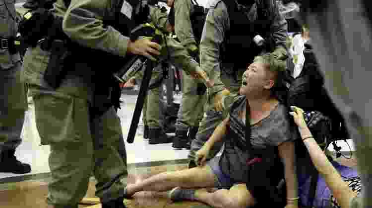 Polícia prende mulher durante protesto em um shopping center de Hong Kong - Ahmad Masood/Reuters (3.11.2019)