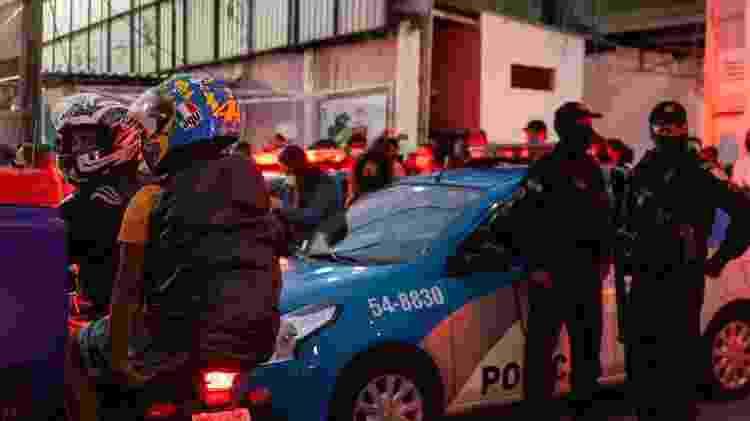 Viaturas policiais concentradas na frente do GRES Unidos do Jacarezinho, um dia após a chacina de 28 pessoas - Fabiana Batista/UOL - Fabiana Batista/UOL