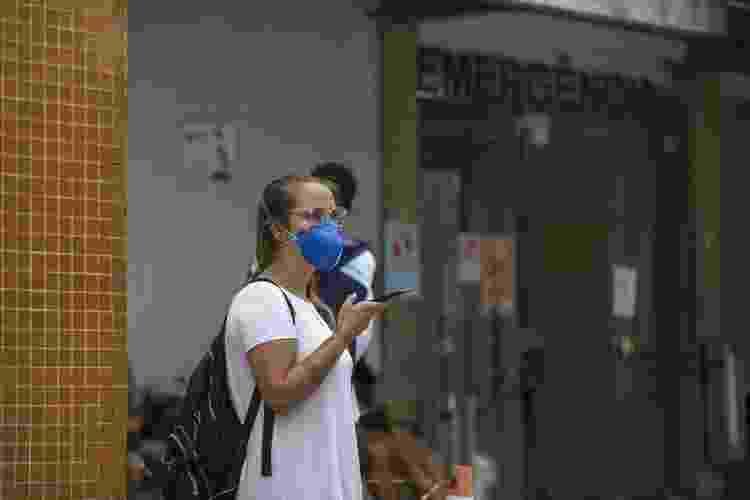 Beatriz Petry após deixar o pai, Sidnei Petry, diagnosticado com covid-19, na emergência do Hospital Universitário de Florianópolis  - Caio Cezar/UOL - Caio Cezar/UOL