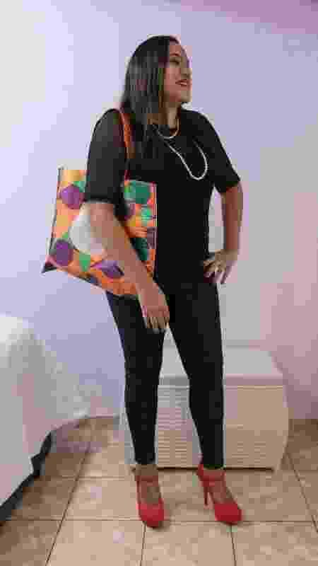 Thaís Coutinho, 31, segura uma bolsa colorida no ombro direito que usa para guardar os produtos de sua sex shop - Pryscilla K./UOL - Pryscilla K./UOL
