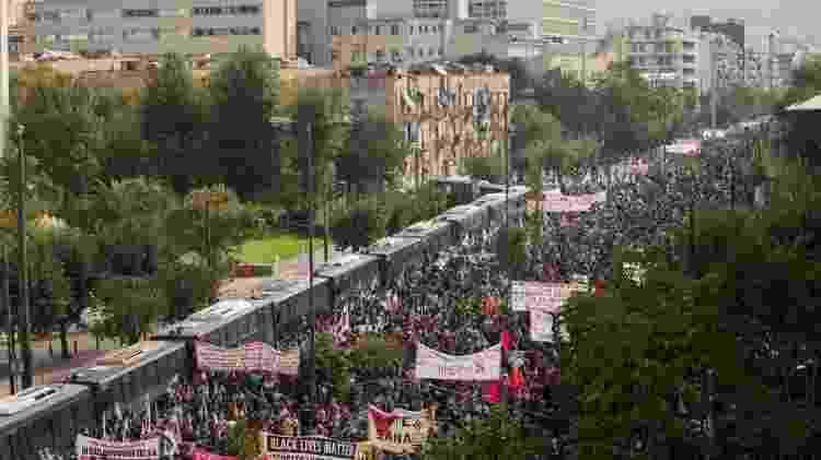 Multidão do lado de fora do Tribunal de Apelação aguarda o julgamento do grupo de extrema-direita Golden Dawn, em Atenas - Socrates Baltagiannis/picture alliance/Getty Images - Socrates Baltagiannis/picture alliance/Getty Images