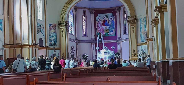 Fiéis na paróquia São Sebastião, no Barro Preto, em Belo Horizonte, no domingo de Páscoa - Nina Rocha/UOL