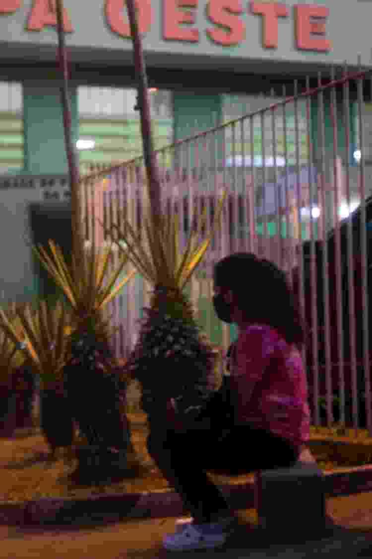 A podóloga Claudineia dos Santos, à espera de notícias do marido na UPA Oeste, em Belo Horizonte - Juliana Baeta/UOL - Juliana Baeta/UOL