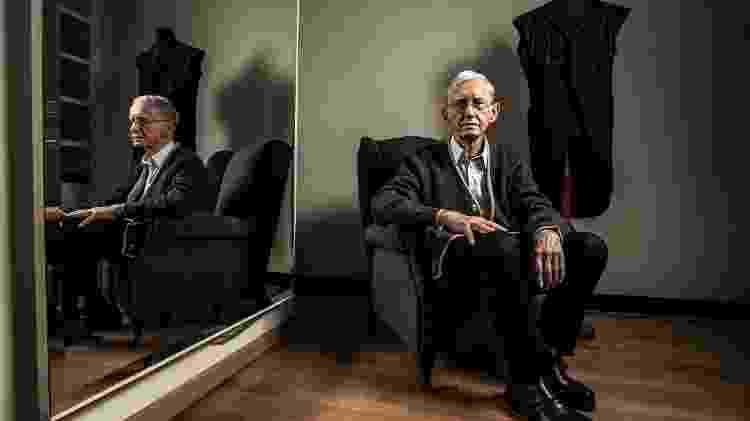 Alexandre Mirkai, alfaiate com 60 anos de profissão e oficina em Indianópolis, em São Paulo - Fernando Moraes/UOL - Fernando Moraes/UOL