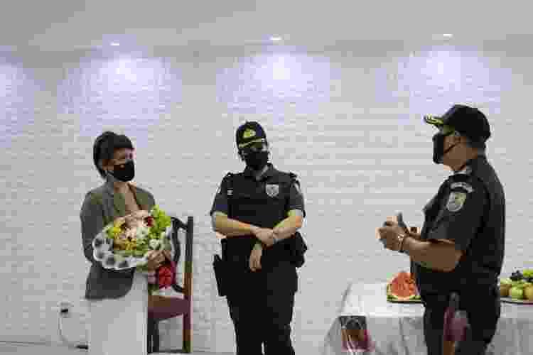 Tenente-Coronel Cláudia Moraes dá flores a Renata Fernandes, atendida no Terceiro Batalhão de Polícia Militar, pela dupla soldado Renata e cabo Bruni - Isabel Lins/UOL - Isabel Lins/UOL