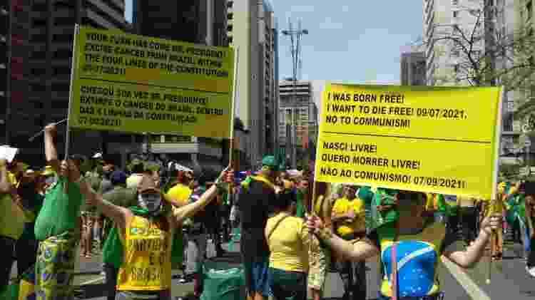 Na av. Paulista, em São Paulo cartazes 'bilíngues' em ato do Sete de Setembro apoiam Jair Bolsonaro - Henrique Santiago/UOL - Henrique Santiago/UOL