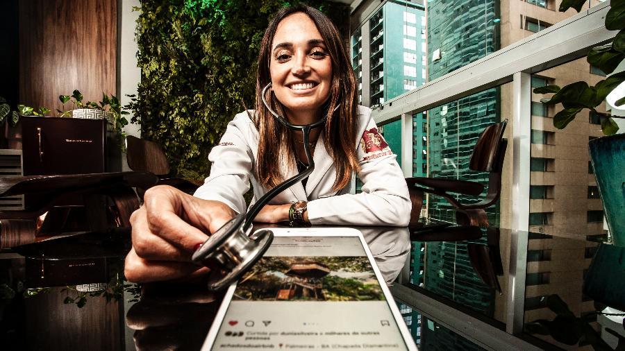 A médica Larissa Pereira criadora da página Achados do Airbnb, que auxilia os visitantes com dicas sobre os tesouros escondidos no aplicativo   - Fernando Moraes/ UOL