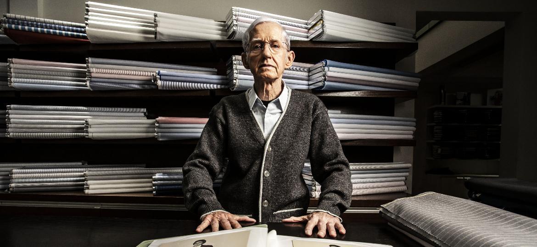 Alexandre Mirkai, alfaiate com 60 anos de profissão e oficina em Indianópolis, em São Paulo - Fernando Moraes/UOL