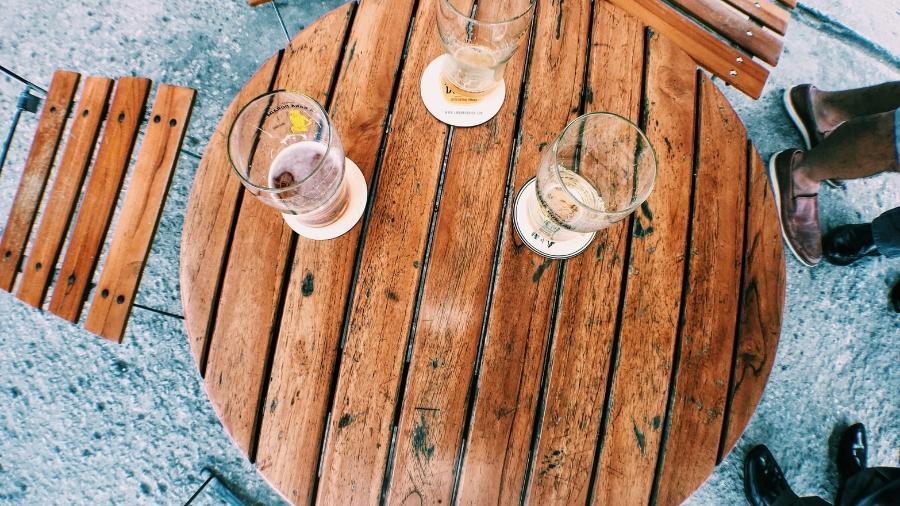 Chamar um amigo para tomar um cerveja depois do trabalho atualmente parece coisa de um mundo paralelo - Nathz Guardia/Unsplash