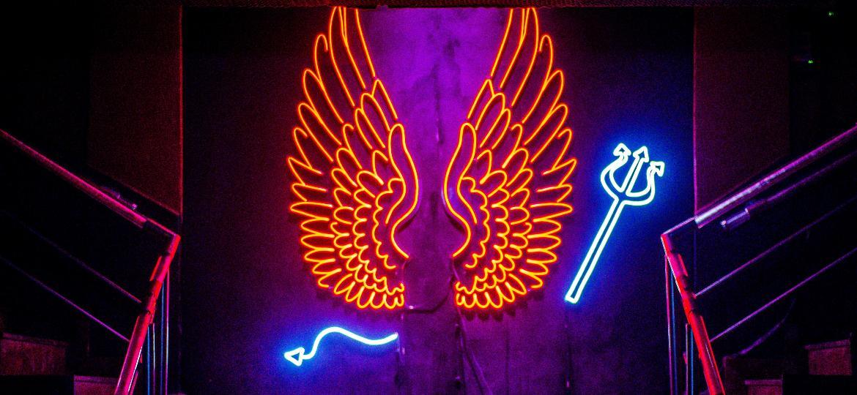 Neon na escadaria da boate Love Story, que teve falência decretada em fevereiro. Seus bens serão leiloados pela Justiça - Edson Lopes Jr./UOL