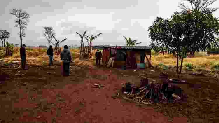 Patrulha comunitária indígena vistoria casa onde morava o tio de Raissa, na Aldeia Bororó - José Medeiros/UOL - José Medeiros/UOL