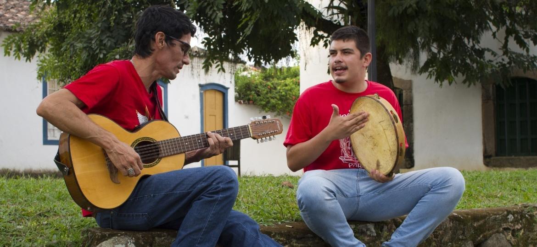 Fernando e Marcello Alcantara, músicos do Grupo de Cirandeiros de Paraty (RJ) - Bruno Keusen/Divulgação