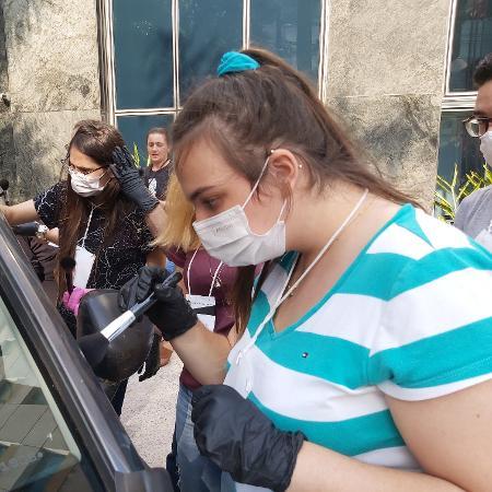 Marina Ferrarezi busca digitais em uma dinâmica do curso de perícia criminal. Estudante de Biomedicina, quer seguir carreira de perita e adora assistir vídeos no YouTube sobre crimes verdadeiros - Marie Declercq/UOL