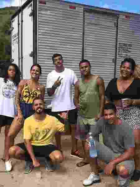 Bruna Gomes (à esquerda) e outros colaboradores da campanha da Marcha das Favelas no Complexo da Penha, Zona Norte do Rio - Divulgação - Divulgação
