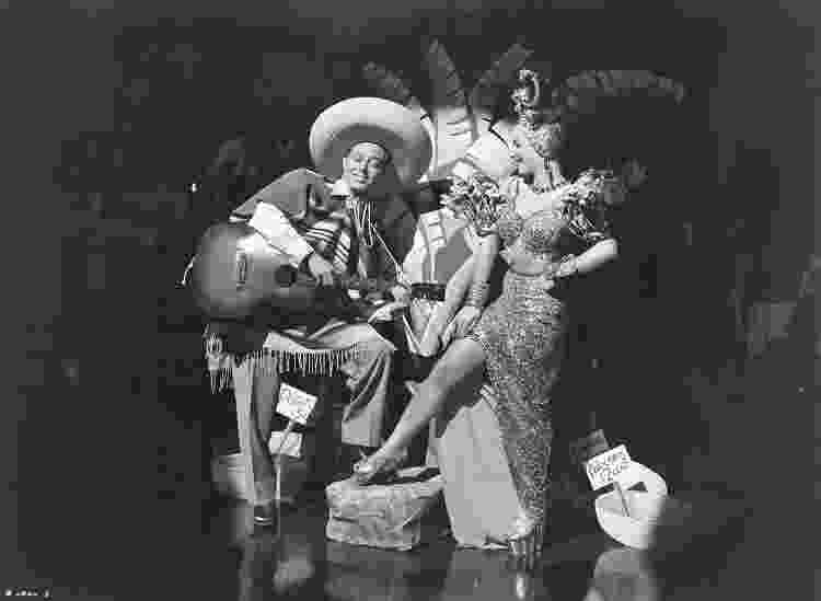 "Andy Russell e Carmen Miranda no filme ""Copacabana"" (1947) - Wikimedia Commons - Wikimedia Commons"