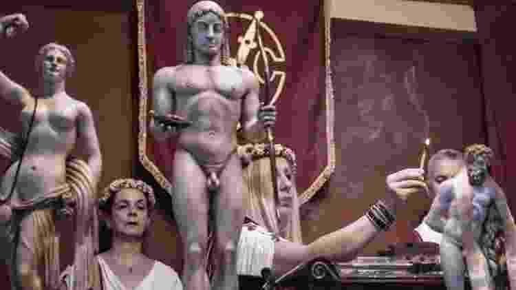 A sacerdotisa Helena Petri acende incenso no culto dos Helênicos Étnicos, em Atenas - Andre Naddeo/UOL - Andre Naddeo/UOL