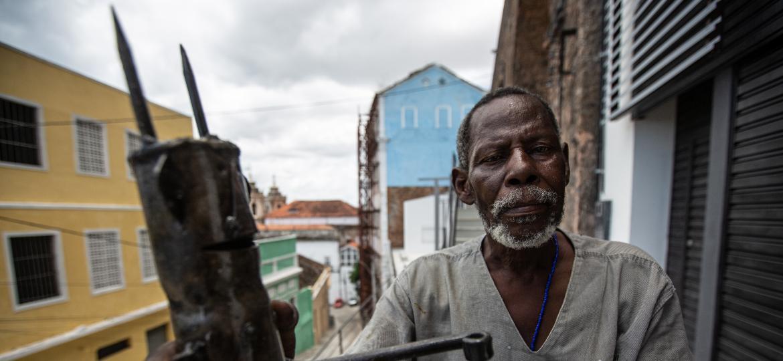 Zé Diabo, 73, trabalha na produção de ferramentas para candomblé e umbanda, em Salvador - Rafael Martins/UOL