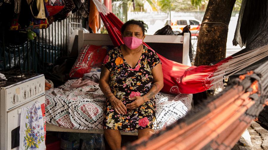 Sem condições de pagar aluguel, Vânia Maria está vivendo na calçada da Universidade Estadual do Ceará - Marília Camelo/UOL
