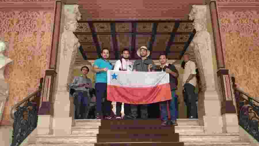 Diretoria da Associação Cultural Povos da Amazônia (Movimento Amazônia Independente) no Teatro da Paz, em Belém, com a bandeira amazônida - Movimento Amazônia Independente/Divulgação