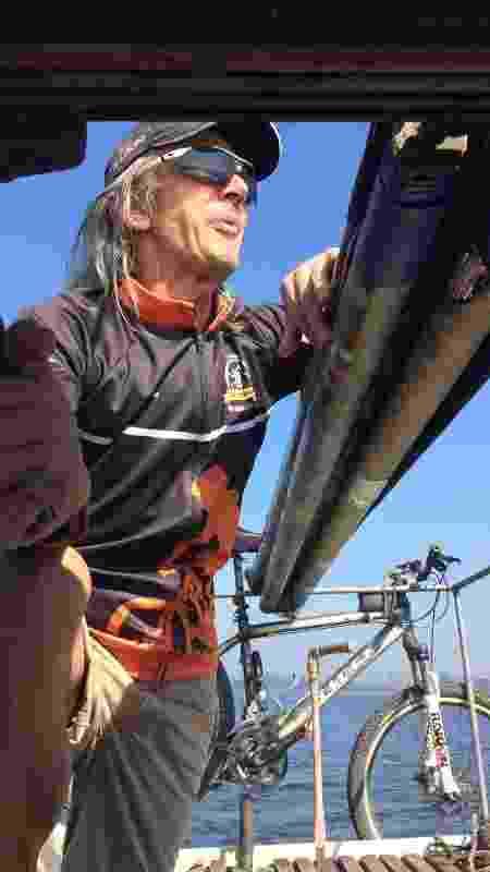 João Batista, dentro do barco que construiu para atravessar a represa Guarapiranga - Decio Galina/UOL - Decio Galina/UOL