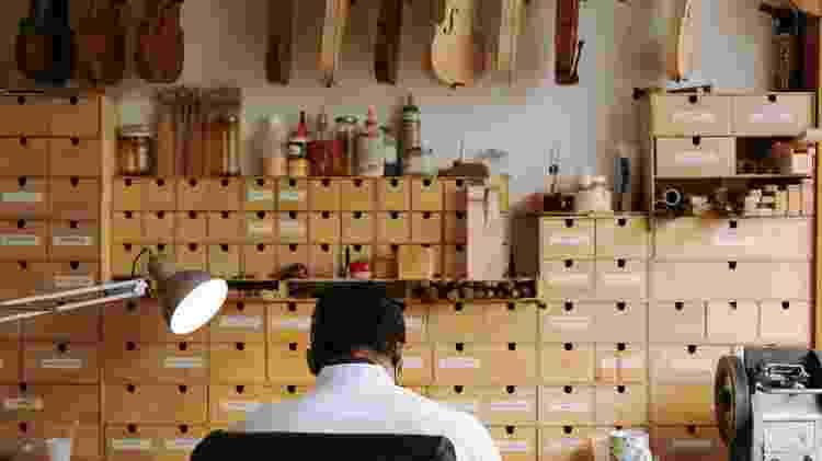 Detalhes do estúdio onde trabalha o luthier André Amaral, o 'luthier do Minhocão', em São Paulo - Duda Gulman/UOL - Duda Gulman/UOL