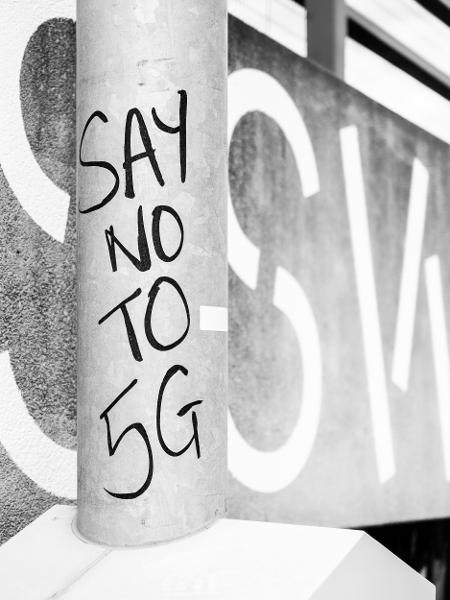 """""""Diga não ao 5G"""", em um poste de Londres - Ehimetalor Akhere Unuabona/Unsplash"""