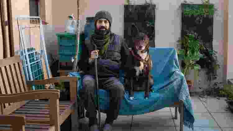 O ex-gerente de TI e projetos Augusto Saraiva e seu cão - Tiago Coelho/UOL - Tiago Coelho/UOL