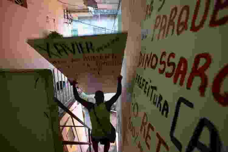 José Jorge Xavier, sargento da PM da Bahia, saindo de casa com placas que instala pela cidade cobrando melhorias em bairros periféricos - Rafael Martins/UOL - Rafael Martins/UOL