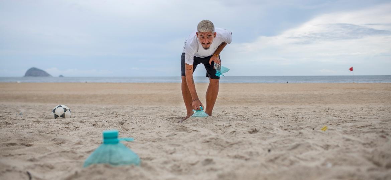 Leonardo Carvalho, instrutor de altinha, dá aula do esporte na praia de São Conrado, no Rio, para a aluna Michelle Veríssimo. - Lucas Landau/UOL